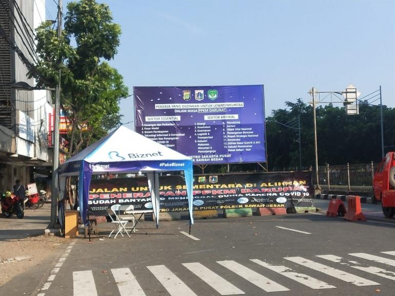 Aturan PPKM yang diberlakukan di salah satu kawasan Jakarta Pusat (Foto: Dokumen Pribadi).