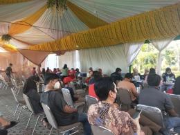 Sejumlah masyarakat yang sedang mengantri untuk divaksin di kawasan Jakarta Barat (Foto Dokumen Pribadi).