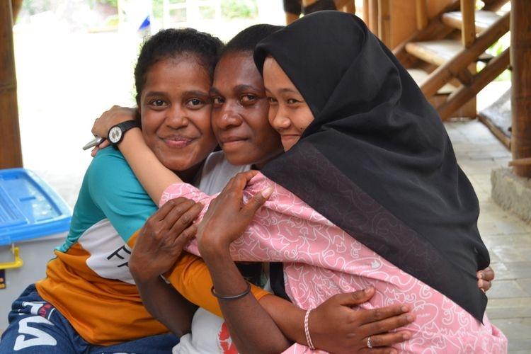 Beberapa anak dari beragam suku, budaya, dan agama yang ada di Indonesia yang tergabung dalam Ekspedisi Bhinneka saling berpelukan. Foto: Yayasan Helping Hands via Kompas.com