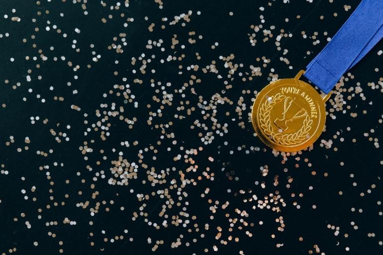Ilustrasi penghargaan medali untuk atlet. Sumber: Pexels/Nataliya Vaitkevich