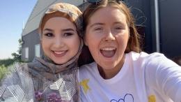 ket.fotoL Ruqia Haidari menggenakan Jilbab bersama temannya /wa.today.com