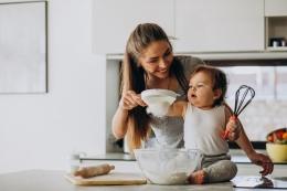 Ilustrasi ibu rumah tangga memasak sambil mengurus anak ( Freepik/ sanivpetro)