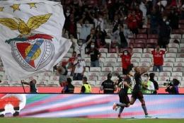Pemain Benfica merayakan gol ke gawang Spartak Moscow. (via apnews.com)