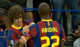 uyol Memberikan Ban Kapten kepada Abidal saat Peraayaan Juara Liga Champions 2011 (Sumber: bigsoccer.com)