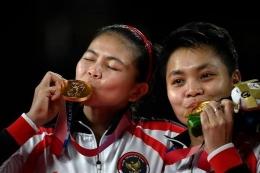 Apriyani Rahayu bersama dengan Greysia Polii di podium juara Olimpiade Tokyo. Gambar: kompas.com