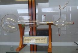 Tabung sinar katoda, alat yang digunakan Thomson untuk menemukan elektron./Foto: Laniakea-rubikon
