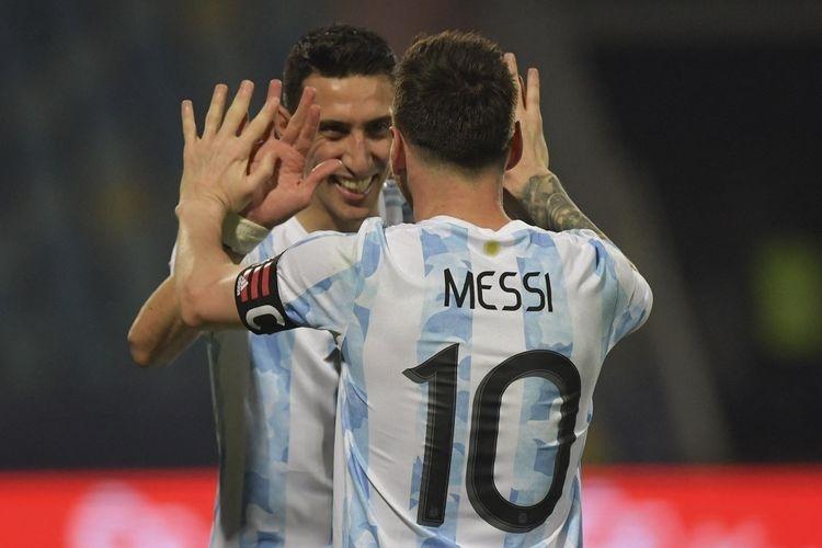 Lionel Messi dan Angel Di Maria merayakan gol ke gawang Brasil pada final Copa America 2021 di Stadion Maracana, Rio De Janeiro, Mnggu (11/7/2021) (Foto: AFP/NELSON ALMEIDA via kompas.com)