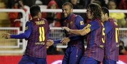 Puyol Menghentikan Tarian Selebrasi yang Dilakukan Thiago dan Alves (Sumber: bola.net)