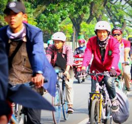 Bersepeda ke Kampus . Foto : Eco Transport