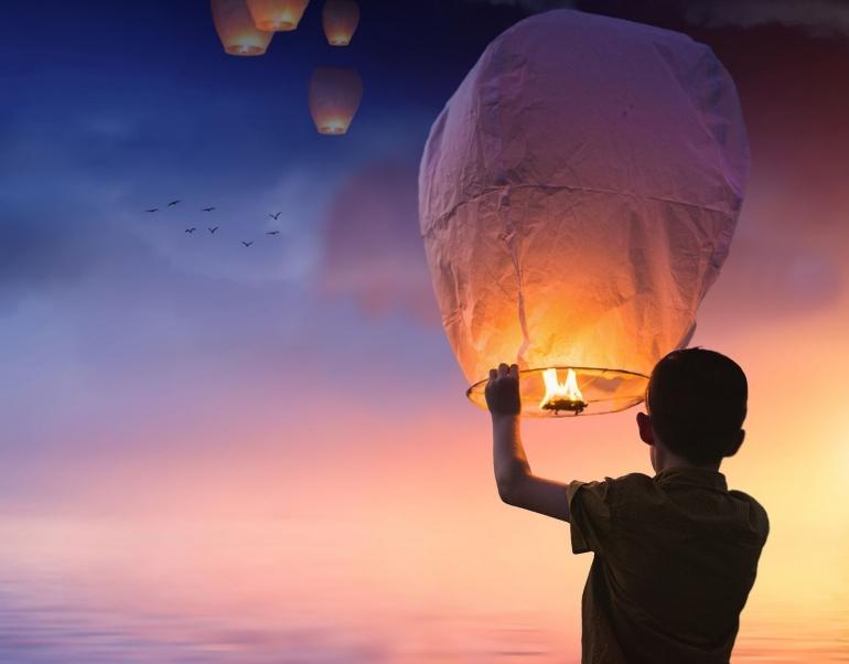 Ilustrasi seorang anak melepaskan lampion (Foto: pixel2013 Via Pixabay)
