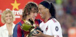 Puyol Memberikan Trofi Joan Gamper kepada Ronadinho (kanan) (Sumber: uol.com.br)