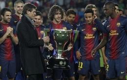 Puyol Memberikan Trofi La Liga kepada Tito dan Abidal (Sumber: marca.com)