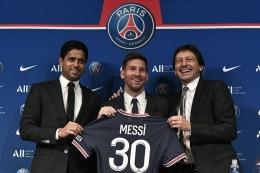Lionel Messi, diapit Leonardo Araujo (Direktur Teknik PSG, kanan) dan Nasser Al Khelaifi (Pemilik PSG, kiri). Sumber gambar: Kompas.com