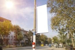 Ilustrasi spanduk atau baliho yang dipasang di tiang listrik. (sumber: SHUTTERSTOCK via kompas.com)