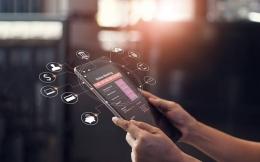 Ilustrasi penggunaan mobile banking oleh nasabah | sumber: finansial.bisnis.com