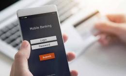Ilustrasi penggunaan mobile banking oleh nasabah | sumber: harapanrakyat.com