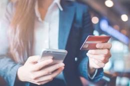 Ilustrasi penggunaan mobile banking | sumber: abisgajian.id