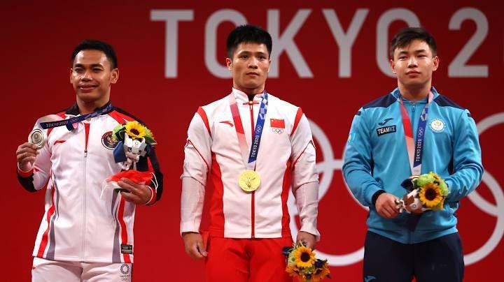 Eko Yuli (kanan), Li Fabin (tengah), dan (Igor Son). Para peraih medali cabor angkat besi Olimpiade Tokyo 2020. Reuters/Edgard Garrido