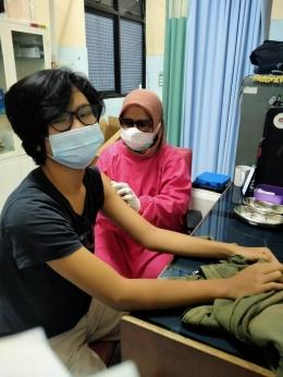 M Rifky (16 tahun) yang sedang diberikan vaksinasi dosis kedua (dokpri)