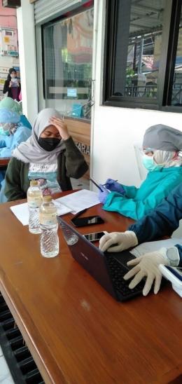 Farah Khalilah (16 tahun) saat dilakukannya screening sebelum penyuntikan vaksinasi (Dokrpi)