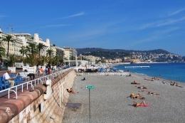 Hotel-hotel yang menghadap ke arah pantai dan sebagian pantai untuk umum. Sumber: dokumentasi pribadi