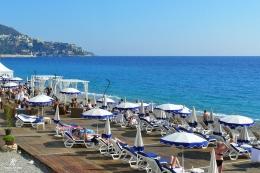 Menikmati matahari musim panas sambil memandang Laut Mediteranian. Sumber: dokumentasi pribadi