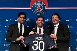 Lionel Messi bersama Nesser Al-Khelaifi dan Direktur Olahraga PSG Leonardo Nascimento de Araujo, Foto: AFP/STEPHANE DE SAKUTIN via Kompas.com