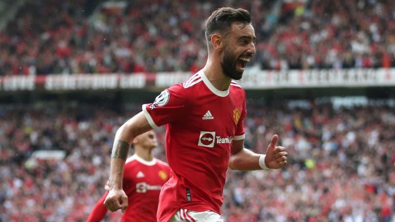 Bruno Fernandes pencetak gol pertama Manchester United dalam kemenangan 5-1 atas Leeds di Old Trafford, Sabtu (14/8/21).
