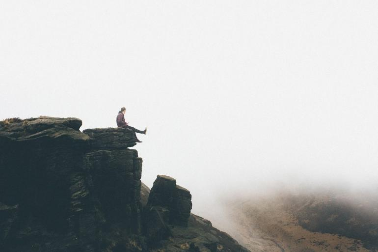 Ilustrasi lelaki yang duduk dalam kesendirian. Gambar: PublicCo dari Pixabay