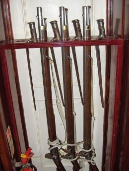 Musket dan bayonet. Sumber: https://en.wikipedia.org/wiki/Musket#/media/File:Grand_Turk(36).jpg