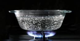 Mendidihlan air. Sumber: https://media.wired.com/photos/5b97f9a906b12508e73afb35/191:100/w_2166,h_1134,c_limit/boilingwater-91518809.jpg