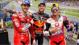 Brad Binder (tengah) di antara para peraih podium MotoGP Austria 2021:https://twitter.com/MotoGP