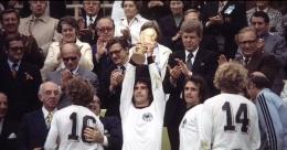 Gerd Muller dan trofi Piala Dunia 1974: Dailymail.co.uk