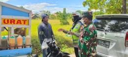 Danramil 1408-11/BKY Mayor Kav Mayor Salahuddin Basir, S. Sos saat giat Swab On Tbe Road di titik penyekatan PPKM di Gerbang Perum BPS, Kel. Sudiang.(Dokpri)