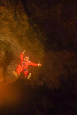 Untuk memasuki kawasan goa, pengunjung harus dikerek kebawah sedalam 50 meter I Sumber Foto : dokpri