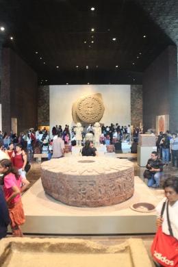 Suasana ruangan yang berisi kalender Aztec yang meramalkan tahun 2012 akan kiamat,sangat ramai pengunjung sampai berjubel/dok pribadi