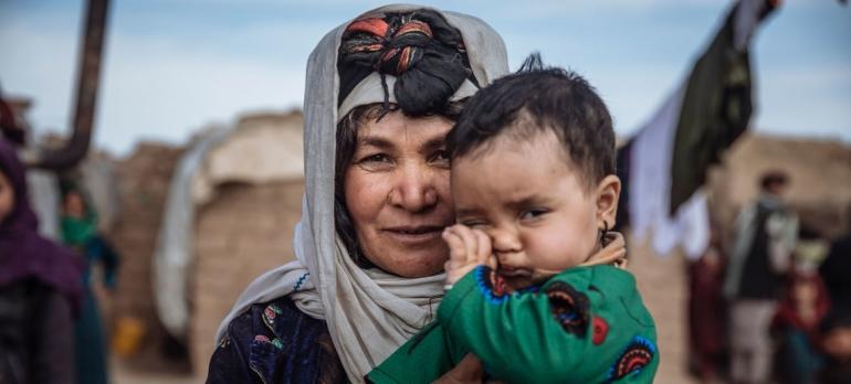 Afghanistan menjadi neraka bagi wanita dan anak-anak akibat Taliban. Ibu & anak ini menjadi pengungsi di Herat Barat karenanya. | Sumber: news.un.org