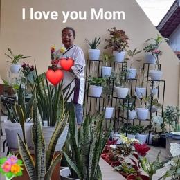 Dokpri. Ibu dengan koleksi tanamannya