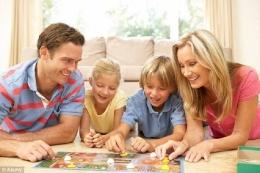 Asyiknya Main Monopoli Bersama Keluarga. Sumber Okezonea Keluarga. Sumber Okezone