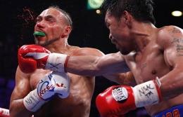 Manny Pacquiao menghancurkan Keith Thurman. foto John Locher / Associated Press