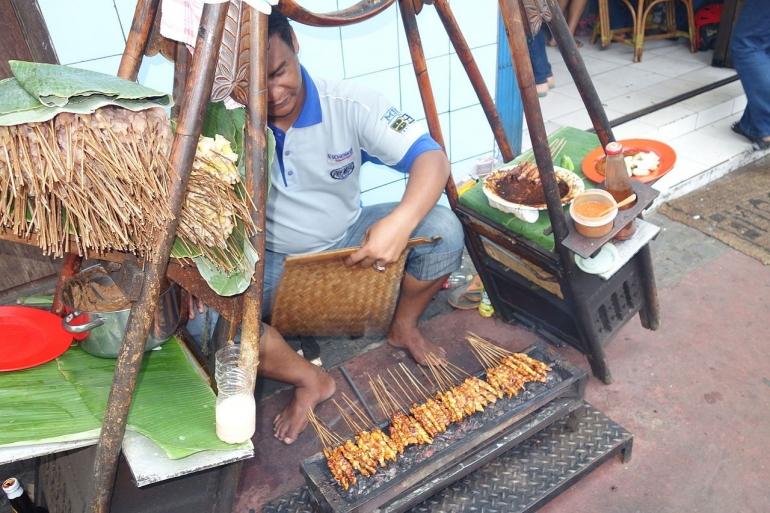 Sate ayam Jakarta. Sumber: https://en.wikipedia.org/wiki/Satay#/media/File:Sate_ayam-Jakarta.JPG
