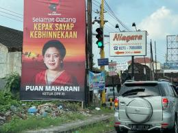 Pemasangan baliho politisi di perempatan jalan atau lampu merah (foto dari merdeka.com)