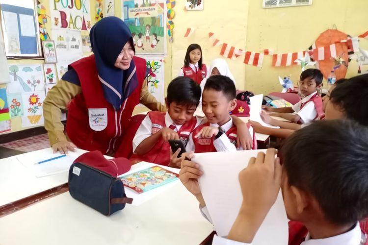 Guru SDN 027 Tenggarong Seberang, Kutai Kartanegara, Kalimantan Timur dalam proses pembelajaran inovatif. DOK. TANOTO FOUNDATION/SASHA via KOMPAS