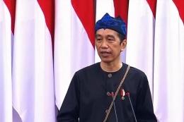 Presiden Joko Widodo mengenakan pakaian adat orang Kanekes atau Suku Badui saat menyampaikan pidato kenegaraan dalam Sidang Bersama DPD dan DPR, Senin (16/8/2021).(YouTube/Sekretariat Presiden)