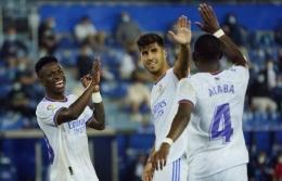 Pemain Real Madrid merayakan gol ke gawang Deportivo Alaves. (via middleeast.in-24.com)