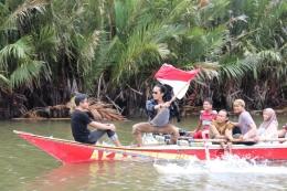 Merayakan rasa merdeka di atas perahu (Foto: Dokpri)