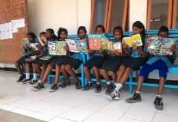 Siswa SMPN 3 Wulanggitang memanfaatkan waktu luang dengan membaca. Dok.pribadi