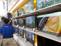 suasana sebuah toko televisi. foto: tugujatim.id