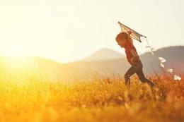 Terbangkan cita-citamu setinggi layang-layang. Kalau putus, menangis sebentar, dan beli yang baru. Sumber: Shutterstock/Evgeny Atamanenko via Kompas