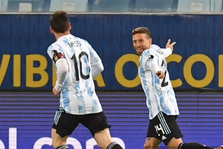 Kapten timnas Argentina Lionel Messi turut merayakan gol Alejandro